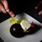 Parfait glacé a la mandarine et au Rhum de Madagascar sur un sablé noisette dans sa sphère au chocolat