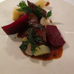 Foie de veau, légumes d'hiver, jus de viande au poivre du timut.