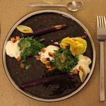 """Asperges violettes, saumon mariné aux herbes, espuma comme une """"mayo"""", fenouil confit et croûtons."""