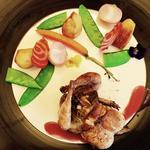 Caille farcie foie gras et cèpes, pommes cocotte et légumes glaces