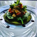 Dosa verts garnis d'épinards et de légumes rôtis