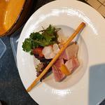 Thon rouge en salade estivale orange sanguine et gressin.