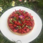 Tarte fraises-kiwi , crème d'amande et feuilles de shiso pourpre.  un beau dessert de printemps