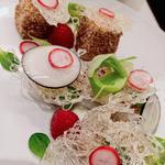Saumon au sésame, salade de radis, poireaux, vermicelles croustillants
