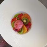 Salade de fruits en spirale et son sorbet framboise.