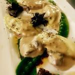 Raviolis aux truffes, sauce cognac crémée et truffée, champignons noir, légumes croquants