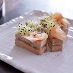 Foie gras et sa terrine au cœur de fera fumée, Fleur de bourache et chutney de fruits secs safrané, Toasts aux céréales.