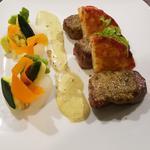 noisette d'agneau en croûte de pesto, pomme maxime et légumes du moment