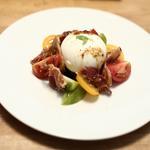 Salade de tomates à l'ancienne, burrata et pancetta grillée
