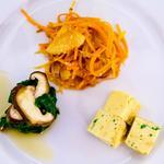 Légumes revenus à l'huile de sésame, légumes marinés et omelette japonaise