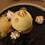 Tarte Yuzu meringué, sablé breton, demi-sphère au chocolat blanc et gel fluide au citron de Menton.