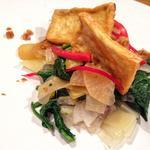 Tofu grillé, légumes de saison sautés à la sauce soja.