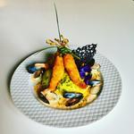 Les queues de langoustines croustillantes, sa bisque émulsionnée, moule, tuile à l'encre seiche et risotto petits pois curry