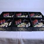 Joubako : assortiment à la Franco-Japonnaise (Sashimi, Sushi, Carpaccion de boeuf, Maki concombre philadelphia tapenade)