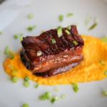Porc mariné croustillant, crémeux de patate douce