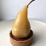 Tartelette poire pochée, coeur coulant caramel beurre salé, crémeux chocolat caramel, fond de tarte vanille