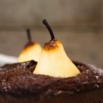 Moelleux choco-noisette, poire pochée