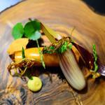 Crabe en cannelloni de bisque, pickles de légumes et herbes sauvages sur sa terre d'olives
