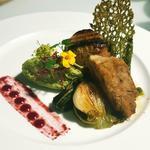 Filet de veau, purée de petits pois, oignon nouveau grillé, sauce aux cerises.
