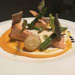 Filet de saumon rotî, mousseline de carotte et légumes de saison