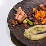 Veau grillé, crumble de noisette-citron; rosti de patate douce et pomme de terre aux herbes, légumes rôtis