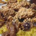 Sauté de boeuf au gingembre et cacahuètes grillées et riz safrané