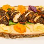 Emincé de poulet en croûte d'épices cajun, duo de purée, sauce au fromage blanc de brebis, servis sur planche
