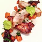 Rôtie de poitrine de porc, poêlées de patates douces, dés de navets blancs, chutney de chou rouge et framboises.