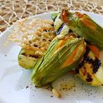 Fleurs de courgette farcies sur une purée de potiron et courgettes grillées