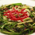 Assiette végétarienne: spaghetti de légumes d'été pochés, purée d'artichauts