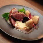 canard des landes - jus réduit aux pruneaux - crème fine de patates douces - navets et oignons rouge confits