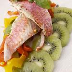 rouget mariné au fruit de la passion, kiwi et poivrons