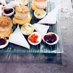 Enterrement vie de jeune fille pièces chaudes: Samoussa boeuf curry, samoussa crevettes fromage, tartelette de carotte violette, tartelette de poivrons rouge, minis quiche de saumon, beef burger