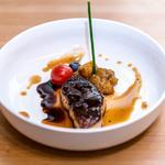 Escalope de foie gras de canard poêlée et son chutney aux fruits.