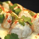 """Dahi Vada: une collation populaire en Inde. Il est préparé par trempage de """"vadas"""" (boulettes de farine frites) en """"dahi"""" (yaourt)."""