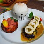 Colombo coco de poulet poché, farci aux légumes marinés au colombo. Panier de banane plantain frite et patate douce. Riz parfumé.