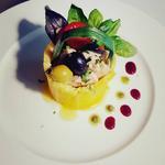 Panier de semoule garni de dés de thon mit-cuit et sa salade fraîcheur. Pesto basilic-noix de cajou
