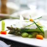 Asperges vertes et son oeuf poché, vinaigrette de foie gras et vieux parmesan