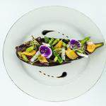 Tartine d'aubergines grillées, bœuf séché et légumes croquants
