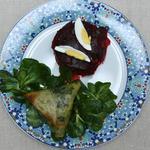 Brick aux crevettes, poireaux et vermicelle, accompagné de mâche et salade de betterave à la marocaine (cuit avec ail, coriandre, persil et oignon)