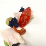 """Ventrèche de thon, tomates confites, pain """"charbon"""" aux olives, purée d'artichauts"""