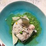 Queue de merlu, purée de pois, sauce vierge aux herbes