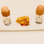 Dessert servi dans un oeuf à la coque, croustillants aux fruits rouges