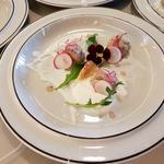 Tartare de Veau mariné a la figue et crème monter a la cardamone garniture vegetal