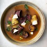 Patate douce viollette et grenailles rôties au four, chèvre frais du poitou, bouillon basque à la coriandre