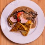 Médaillon de veau en robe de ventrèche, galette de polenta, sauce foie gras et morilles