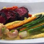 La viande d'Aubrac cuite saignante et ses petits légumes, sauce sabayon à la tomate et fines herbes
