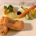 Saumon au four aromatisé au safran avec purée de pomme de terre et jardin de légumes de saison