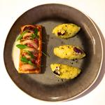Bouchées feuilletées lardon boudin blanc, sauce camembert crue et purée de pomme de terre ciboulette huile de truffe.