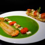 Tomate Mozzarella revisitée cru/cuit sur jus vert de roquette.